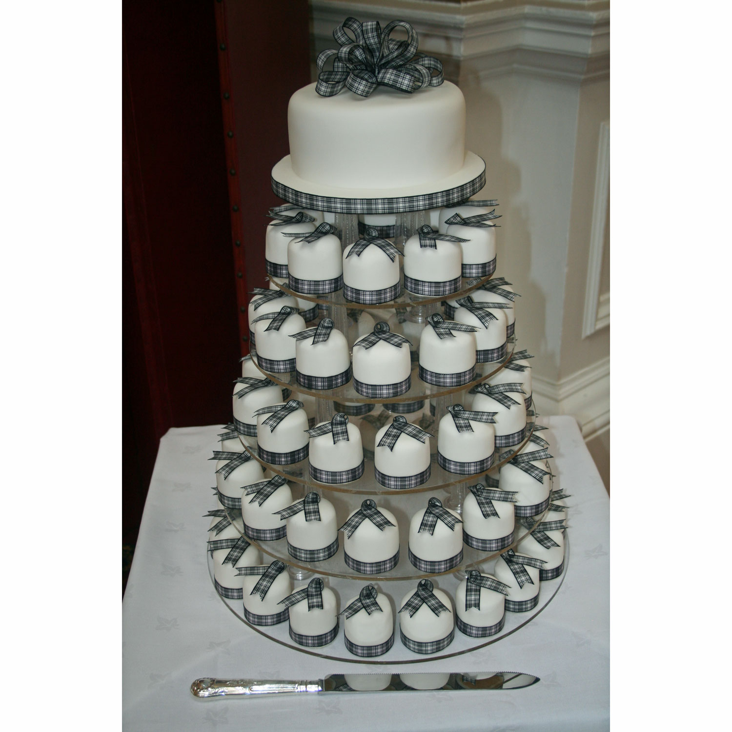 Mini Tartan Wedding Cakes Individual Mini Wedding Cakes trimmed